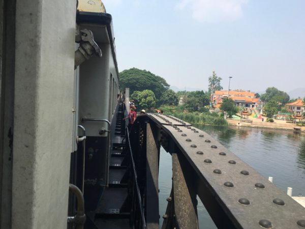 通過する列車から見たクウェー川鉄橋