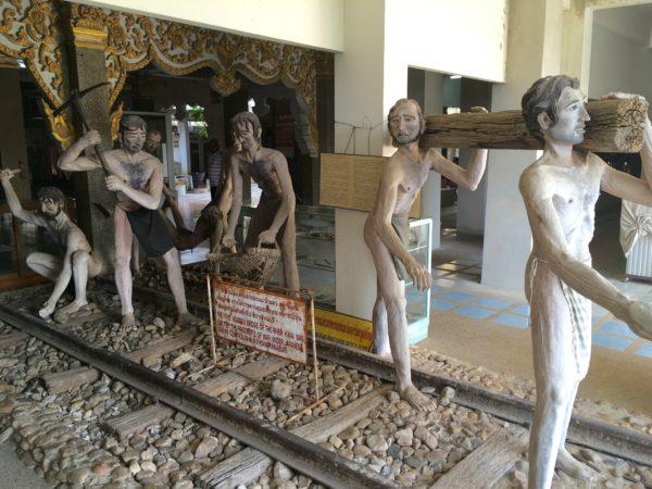 泰緬鉄道を敷設している捕虜と労務者
