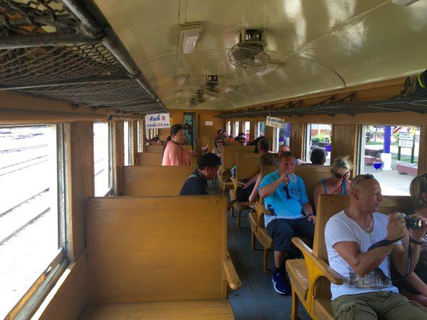 トンブリー発ナムトック行き列車内