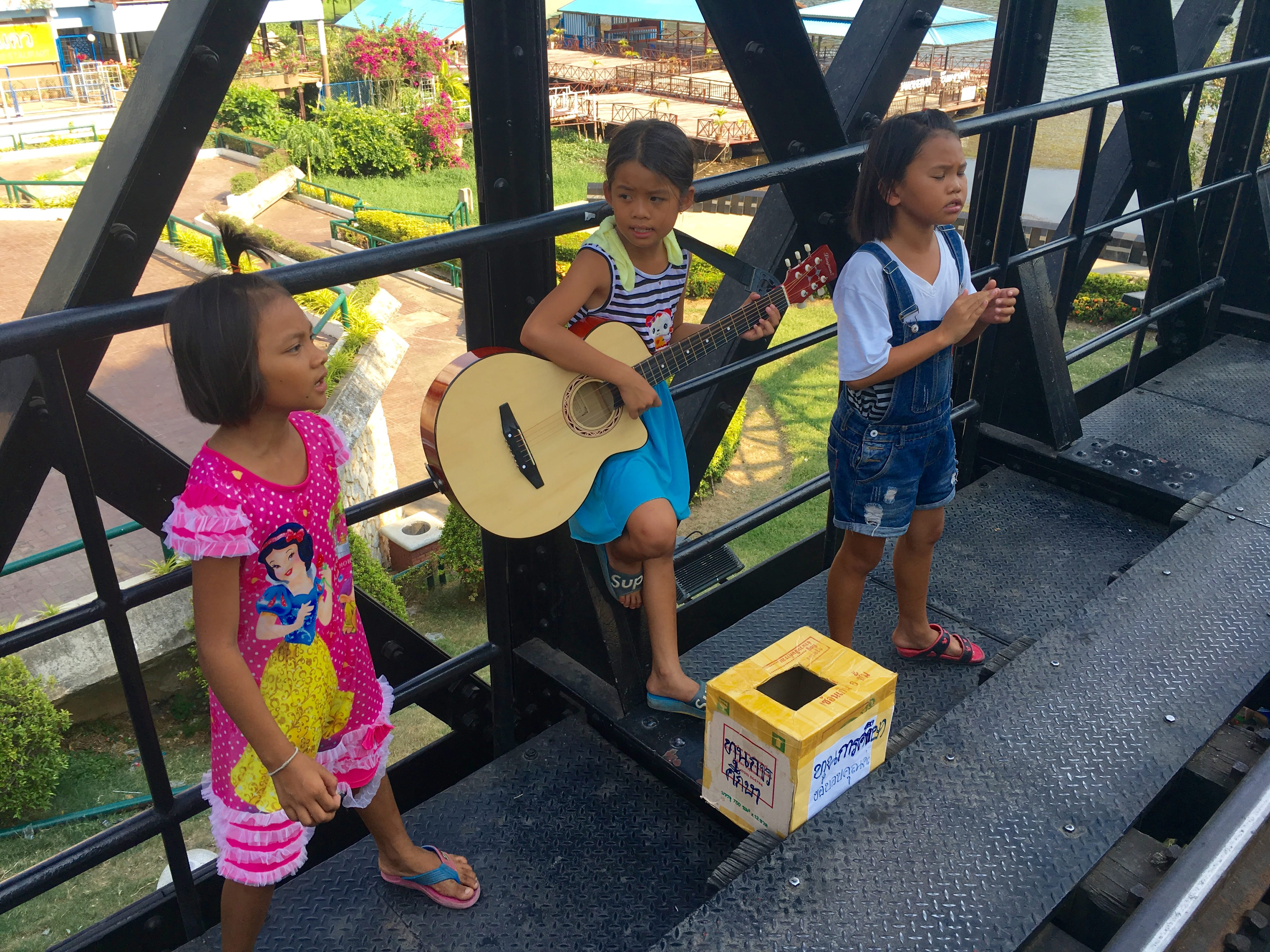 クウェー川鉄道で歌う子供たち