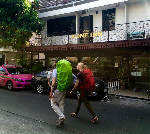 ゲストハウス街を歩くバックパッカー