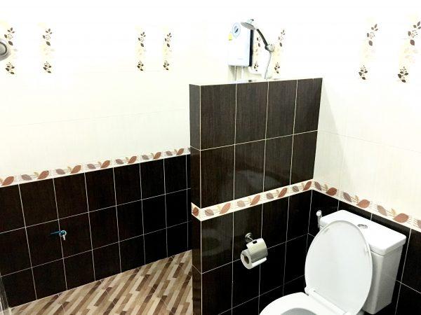 P アンド P プレイス アパートメント カンチャナブリー (P and P Place Apartment Kanchanaburi)のシャワールーム1