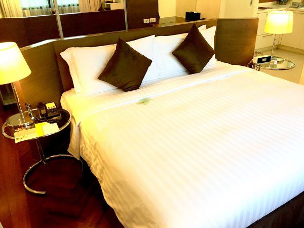 パチャラ スイーツ スクンビット (Phachara Suites Sukhumvit)のベッド