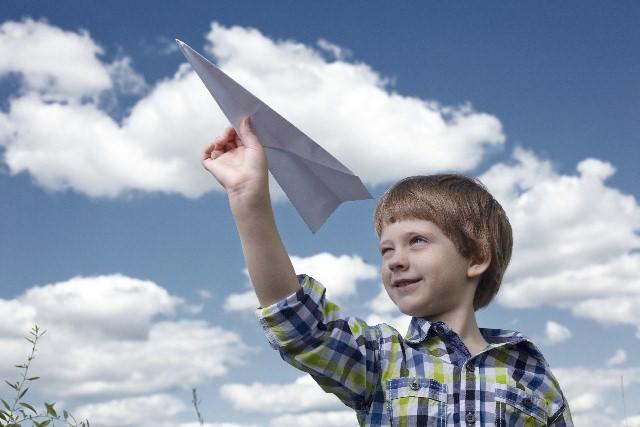 紙飛行機を持つ子供