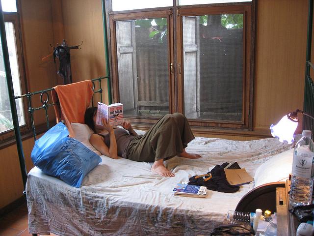 ベッドで横になっている女性