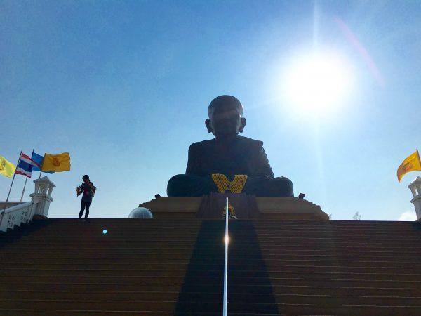 ワット フアイ モンコンの銅像