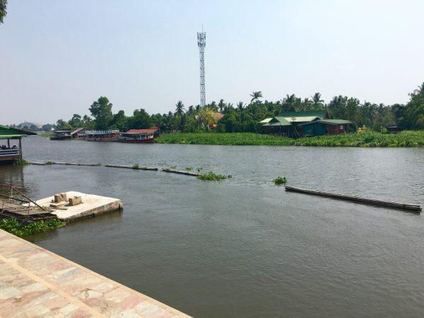 遊歩道から見える川