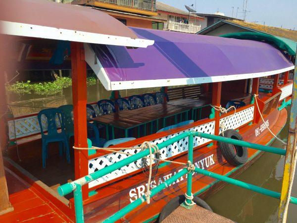 ボートツアーのボート