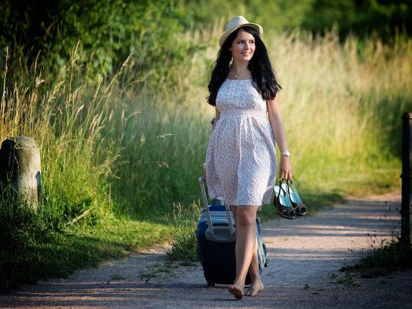 スーツケースを引いて歩く外国人女性
