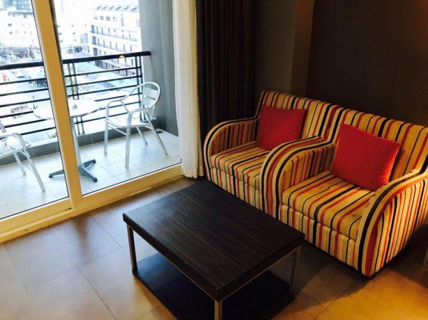 シー ミー スプリング ホテル(Sea Me Spring Hotel)のソファーとバルコニー