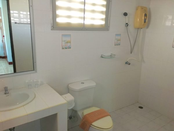 ティプライ ビーチ ホテル アネックス (Thipurai Beach Hotel Annex)のシャワールーム