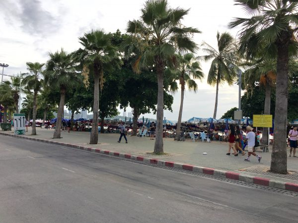 トロピカーナホテル目の前のビーチロード