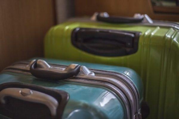 二つ並んだスーツケース