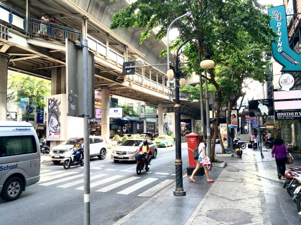 D ヴァリー ディバ バリー シーロム バンコク ホテル (D Varee Diva Bally Silom Bangkok Hotel)の目の前