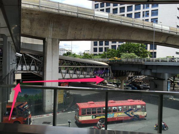 MRT シーロムの通路