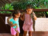スネークファームで蛇と記念撮影