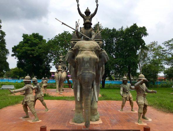 象の囲いにある銅像