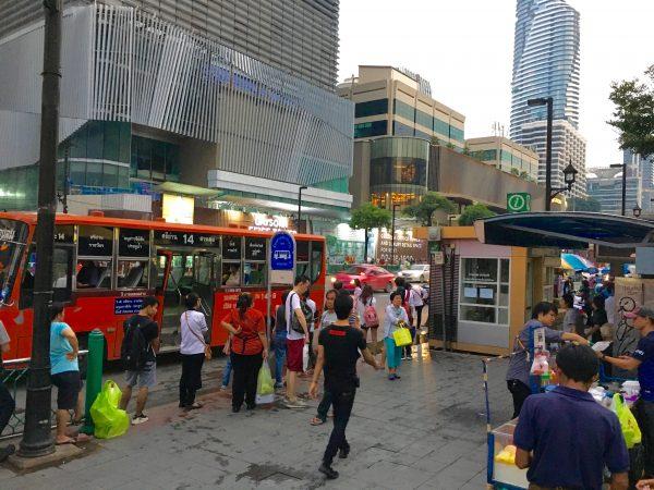 セントラルワールド前のバス乗り場