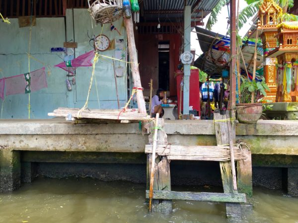 ダムヌンサドゥアック水上マーケット周辺に住むタイ人の民家