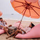 パタヤのビーチでくつろぐカップル