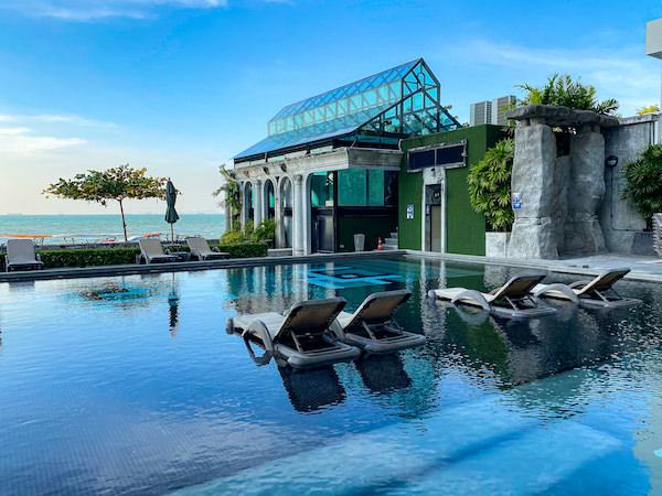 パタヤ モーダス ビーチフロント リゾート(Pattaya Modus Beachfront Resort)のプール