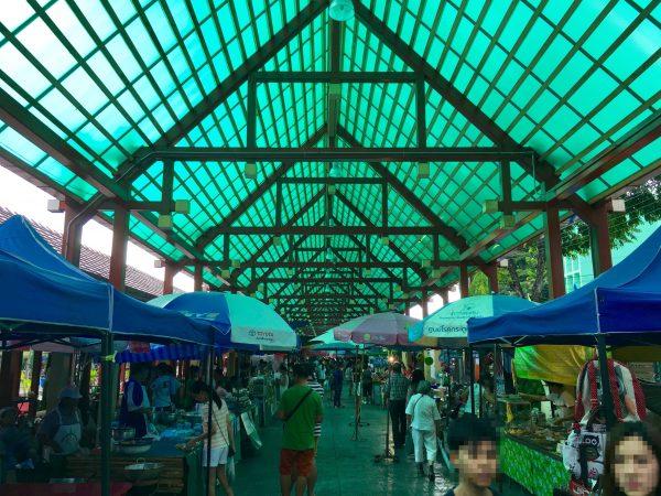 入り口前のマーケット