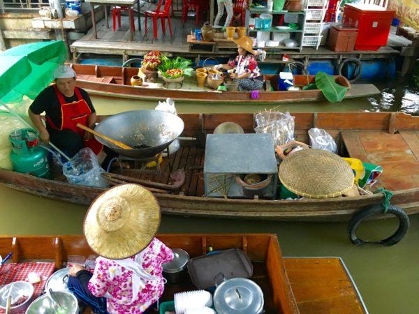 タリンチャン水上マーケットにいる商船