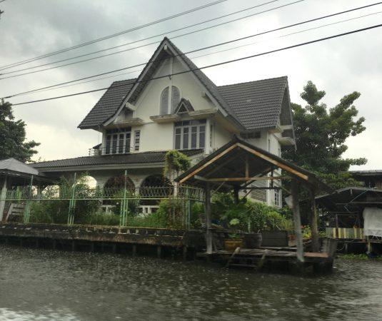 水路沿いにある家屋