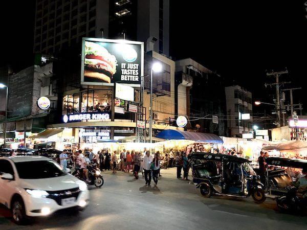 チェンマイナイトバザール(Chiang Mai Night Bazaar)から見えるマクドナルド