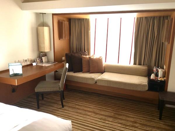 デュシット D2 ホテル(Dusit D2 Chiang Mai Hotel)のソファーと書斎