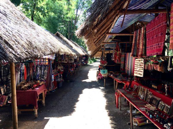 首長族の村にある土産物屋