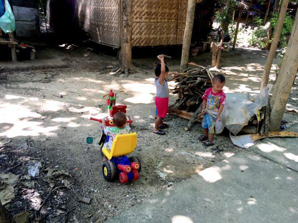 首長族の村にいる子供達