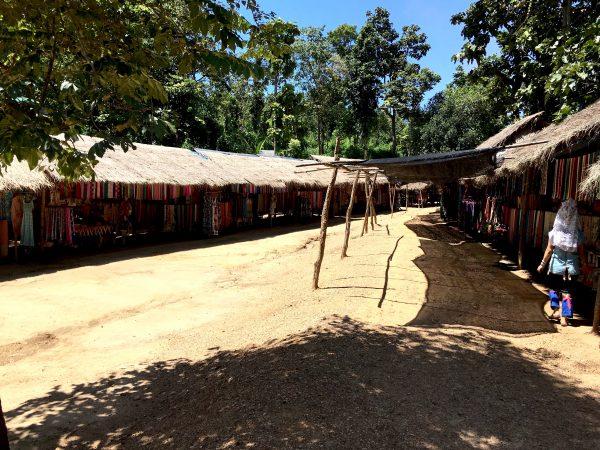 首長族の村の様子