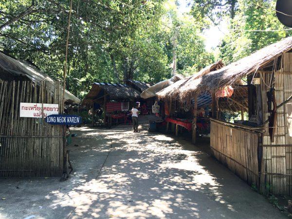 首長族村の入り口