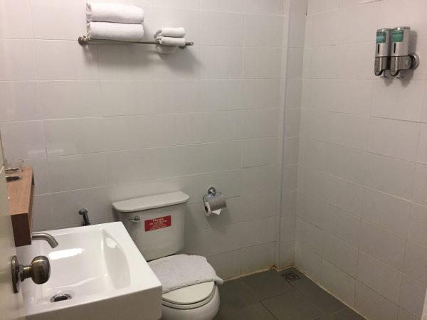 ベーシック ダブルまたはツインルーム (Basic Double or Twin Room)のシャワールーム1