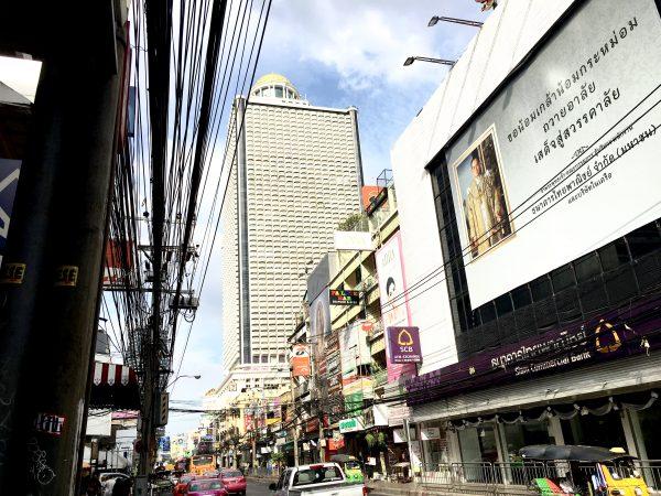 チャルンクルン通りから見えるルブア アット ステートタワー