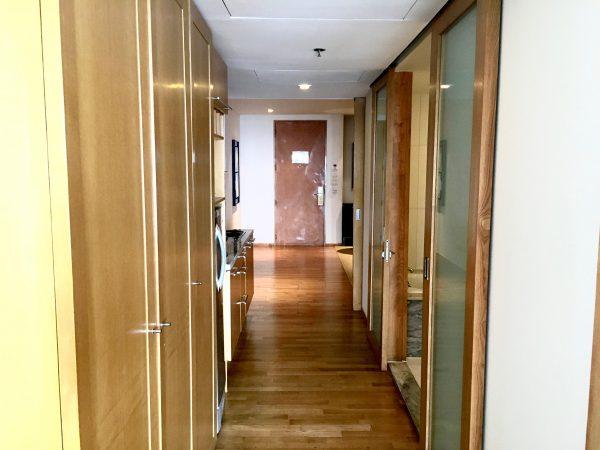 ルブア アット ステートタワー ベッドルームから見たリビングルーム