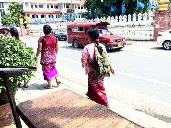 チェンマイ市街を歩く山岳民族