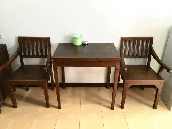 ニュー ニコム コート (New Nikom Court)の椅子