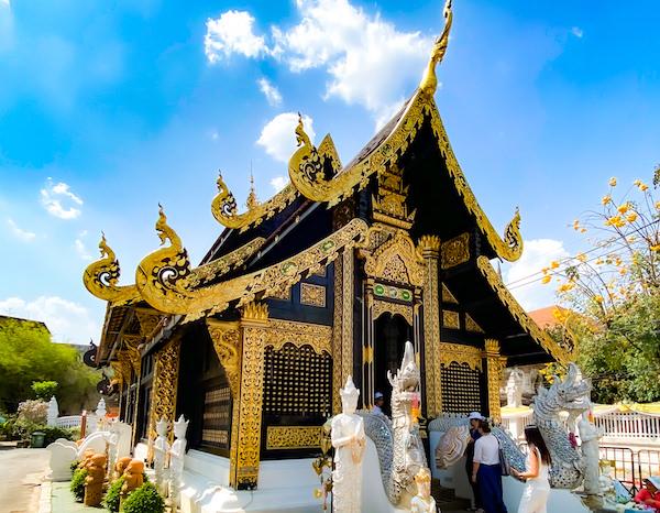 ワット インタキン サドゥムアン(Wat Inthakhin Sadue Muang)の本堂