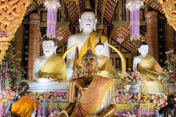 ワット インタキン サドゥムアン(Wat Inthakhin Sadue Muang)の本堂内に安置されている仏像