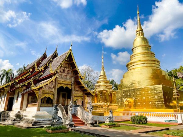 ワット プラシン・ウォーラ・マハーウィハーンの本堂と仏塔