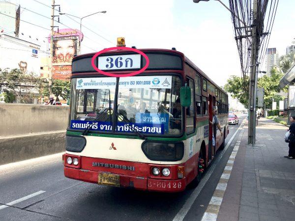 カンボジア大使館前を通るバス