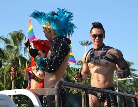 パタヤで開催されたゲイボーイのパレード