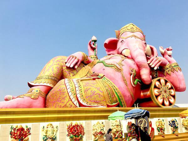 ピンクのガネーシャというチャチュンサオ最大のパワースポット。バンコクから日帰りで観光しよう。