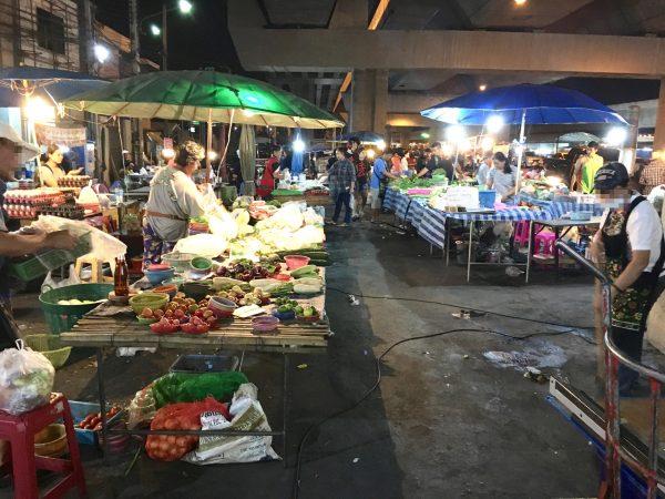 サイアムジプシージャンクション手前の市場