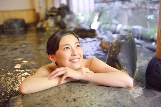 露天風呂に浸かる女性