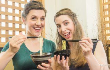 うどんを食べている二人の外国人