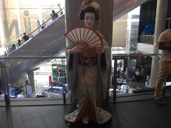 ターミナル21東京フロアにある舞妓さんのオブジェ