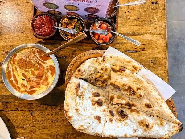 アチャ(Accha Authentic Indian Cuisine)で食べたバターチキンカレーとナン